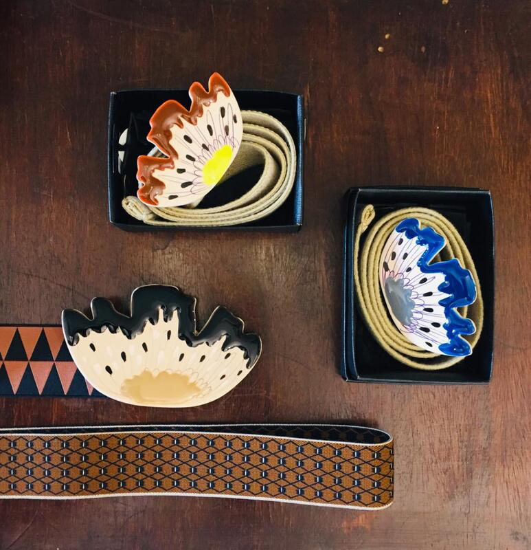 Cinturine elastiche con fermagli in metallo, resine e lacche.