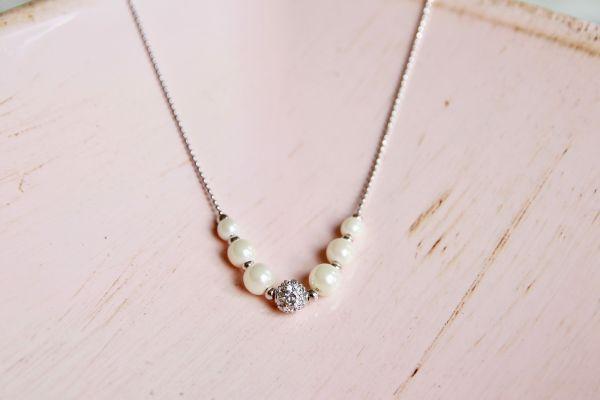 Brautaccessoires Kette mit Perlen und Straßstein auf Kugelkette