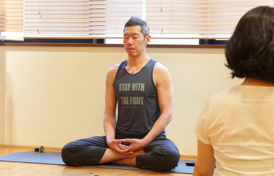 中島正明先生が目を閉じ、座禅を組む様子