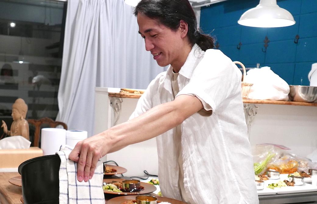 料理を盛り付けている和也先生
