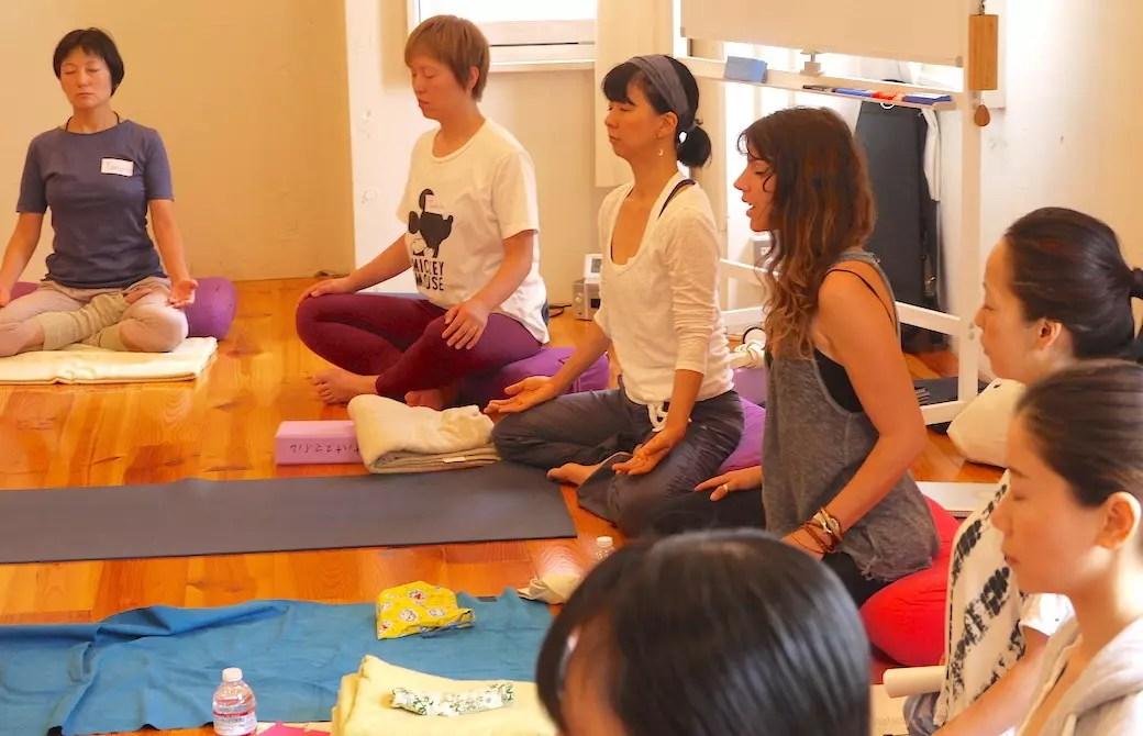 ロージー先生のインストラクションで瞑想をしているクラス風景