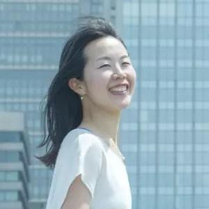桶田弥里先生が笑顔で微笑んでいる様子