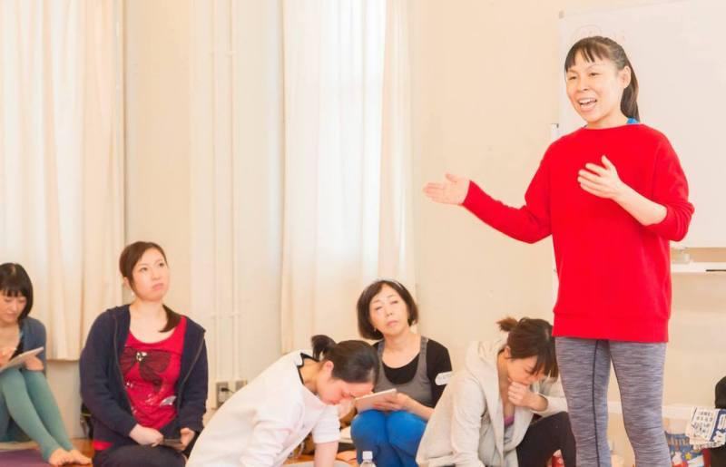 まり子先生が生徒さんへ講義をしている