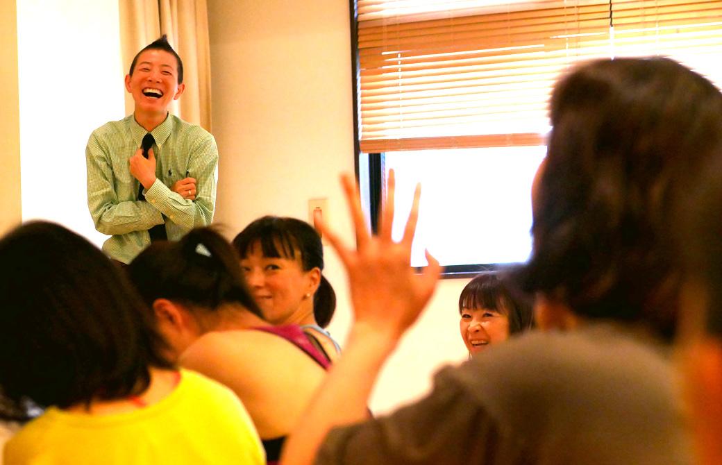 高尾美穂先生のクラスの様子。生徒さんの話で笑っている様子