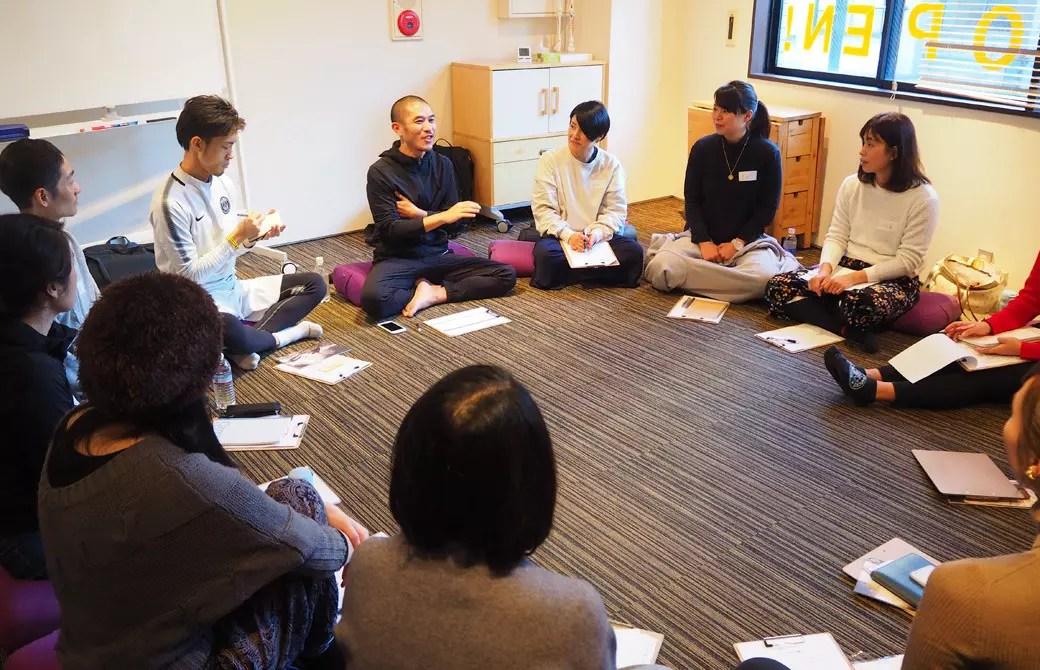 ヨガ指導者としての人間力を高める講座内でゴウ先生が生徒さんにお話しされている様子
