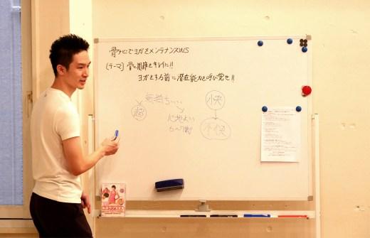骨ナビの大江清一朗先生がホワイトボードで説明している様子