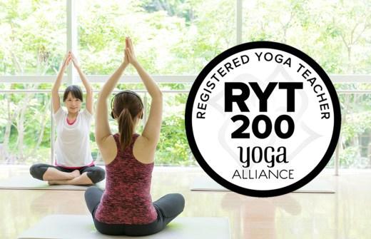 全米ヨガアライアンス認定RYT200のロゴが入った女性2人がヨガをしている写真