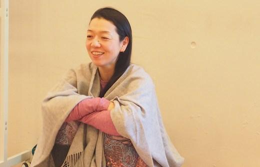 川原朋子先生が笑顔で生徒さんとお話している様子