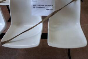 Chiste de las tres sillas unidas entre sí por una barra y dos patas ShopCanarias.es, la silla de la derecha con una pata, y la silla de la izquierda sin patas