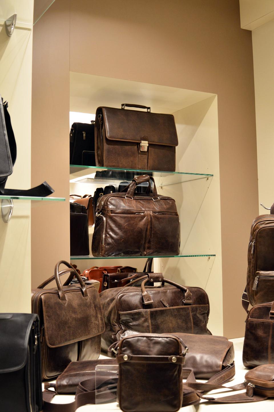 Collection en cuir vieilli, toute une gamme de basiques pour hommes, idéale au quotidien.