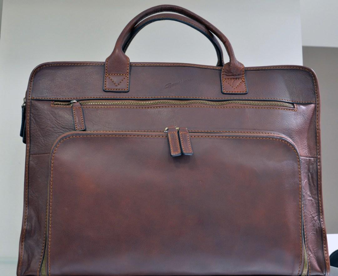 Collection Arizona, une ligne classique dans un cuir rustique, porte-document ordinateur moderne.