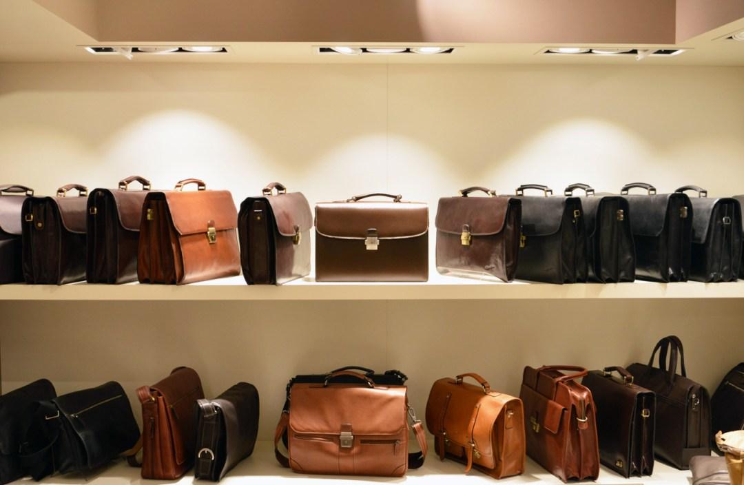 Les traditionnels cartables, pochettes, porte-documents ou sacoches. Avis aux médecins, juristes, homme d'affaires, les produits proposés par Gérard Hénon sont de haute qualité.
