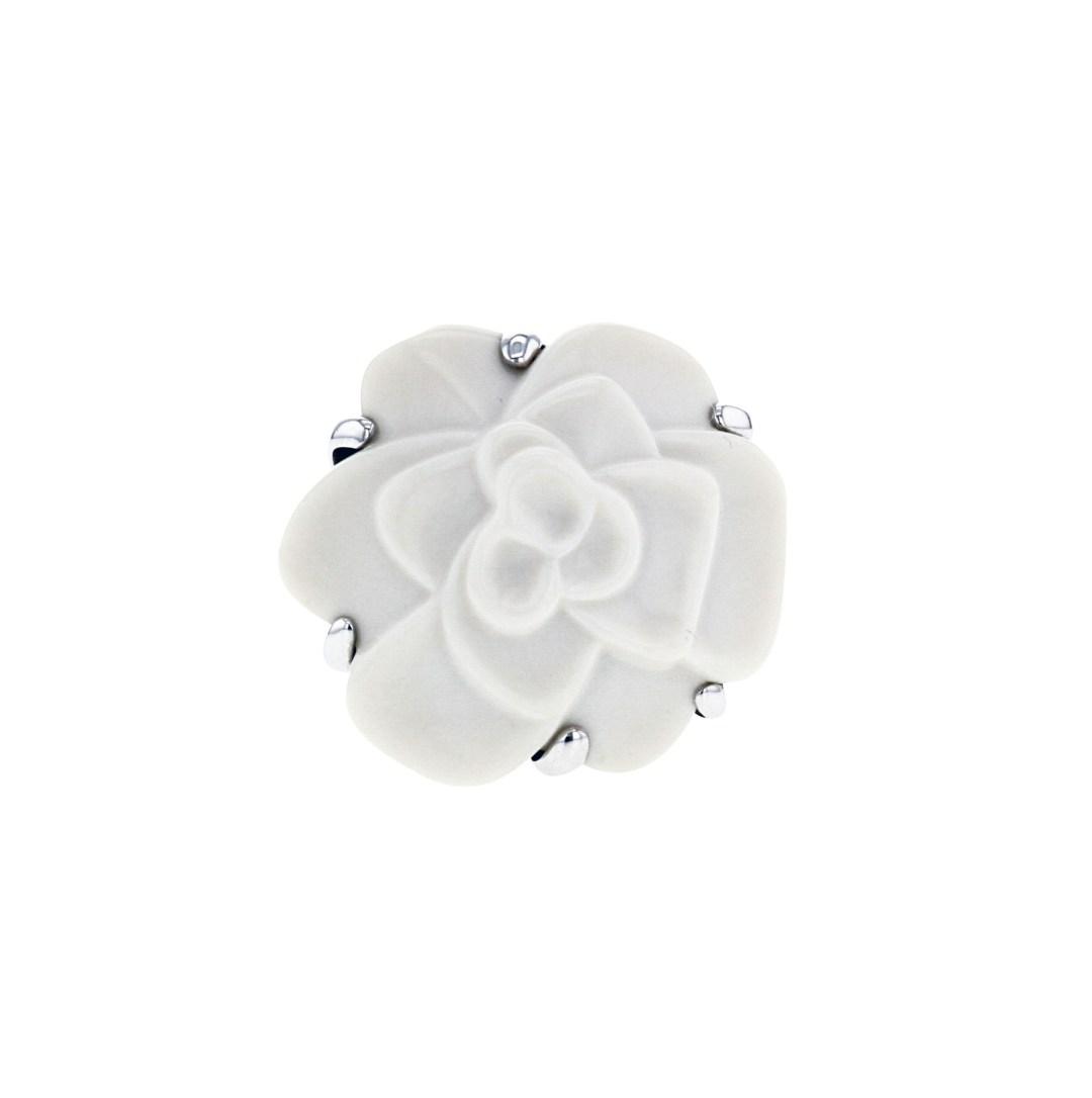 Chanel • Superbe réalisation ! Bague Camelia, moyen modèle en or blanc et agate blanche, figurant un important camélia gravé en agate, réhaussée d'un élégant feuillage mouvementé ajouré. Numérotée. 2 430 € (réf. 330766)