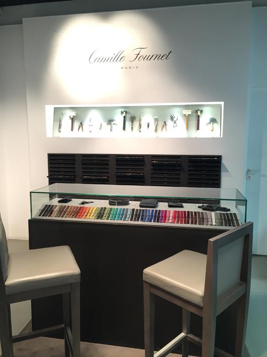 Une partition de couleur et toutes sortes de cuirs, voilà ce qui caractérise la maison Camille Fournet. Cuir de veau, alligator mat ou brillant, requin, lézard, autruche, faites votre choix !