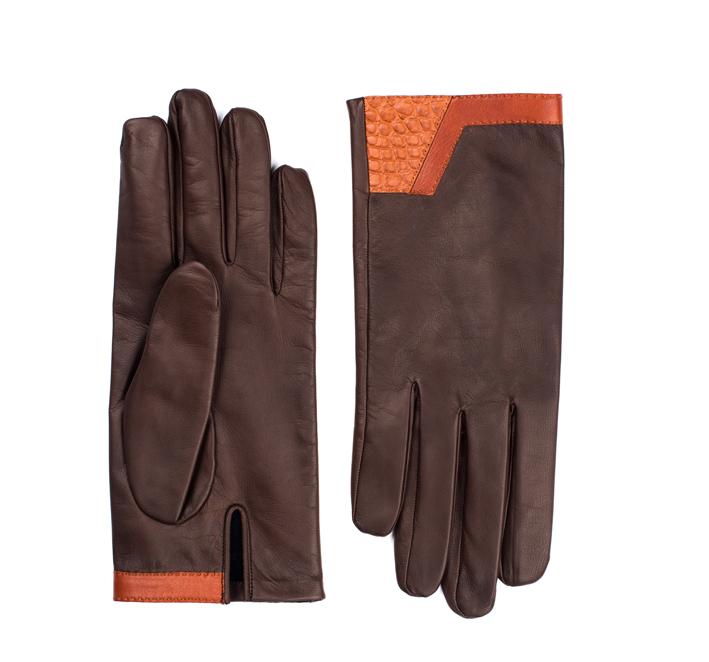 Les gants Thémis pour hommes ont une ligne sobre en agneau glacé marron, chevreau glacé gold et alligator mat écailles rondes gold, doublés d'un intérieur en soie.