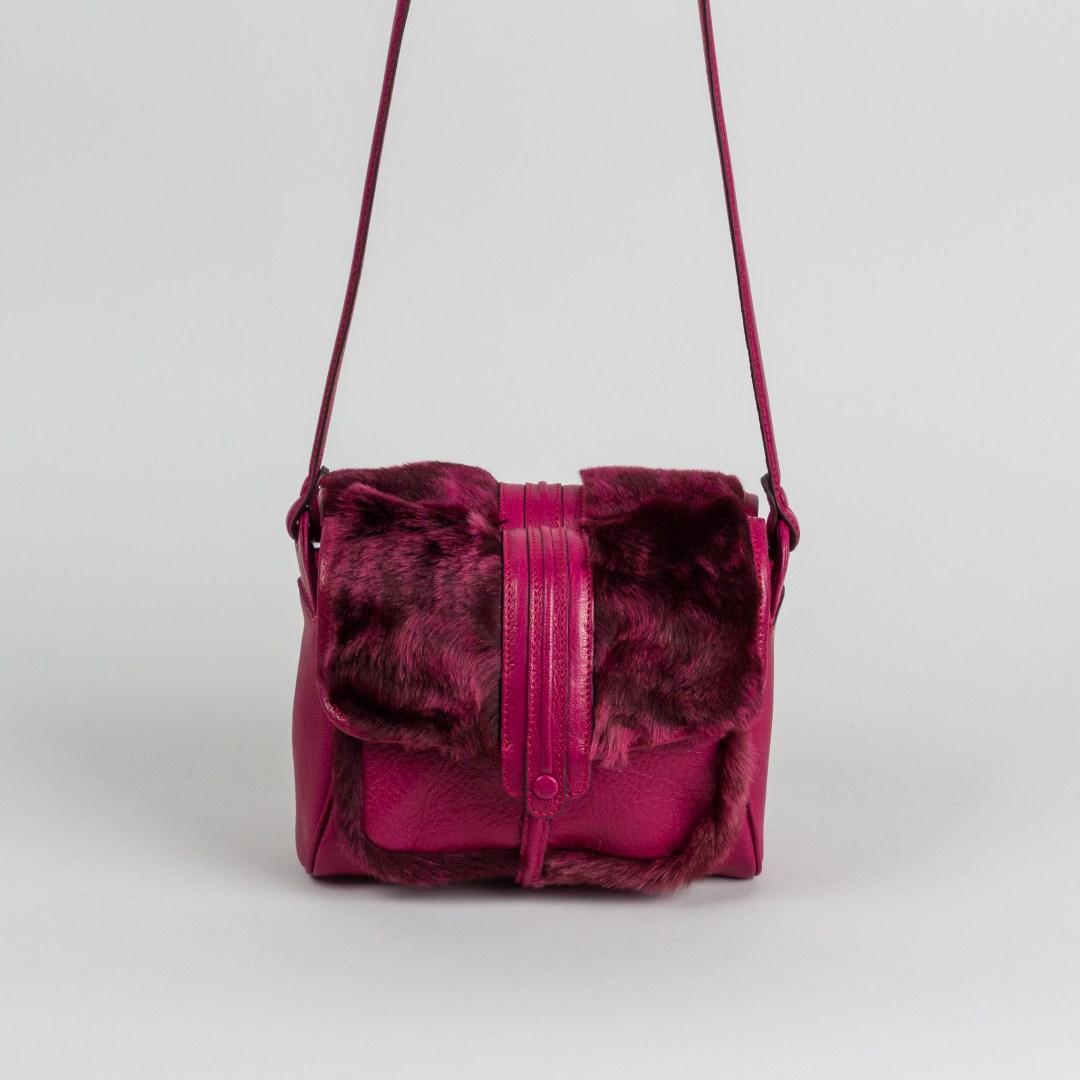 JAMIN PUECH PARIS, modèle Bazaine, Double sac en cuir et fourrure de mouton décolorée par endroits comme pour laisser des traces de pinceaux. Prix : 475 €