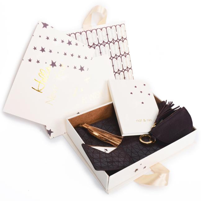 NAT & NIN. Surprise pour les fêtes de fin d'année avec la toute première BOX en édition limitée aux couleurs gold, crème et chocolat. Dans la pochette surprise : petites maroquineries (porte-clefs, porte-cartes, et pochette zippée), bijou de peau et carte de vœux. 59 € à commander sur le site officiel.