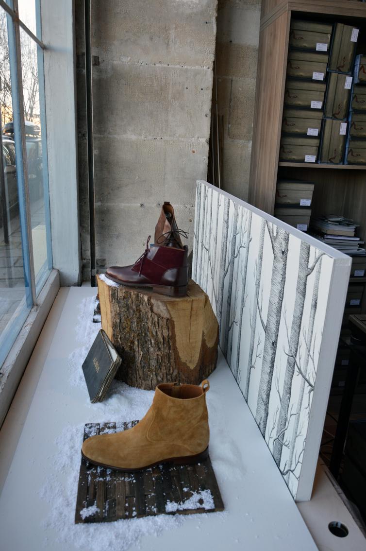 Place Dauphine, l'heure est bientôt aux fêtes de fin d'année. Profitez d'un samedi ensoleillé et glacé pour visiter cette place historique et découvrir cette marque de souliers.