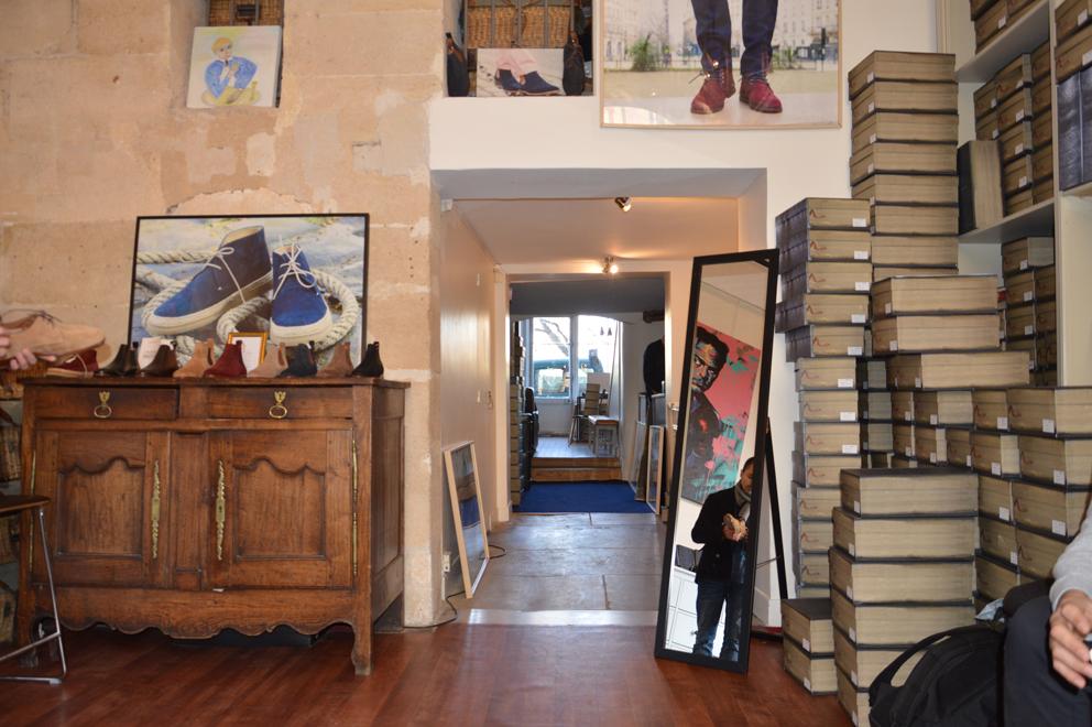 La « Galerie » Paire & Fils est traversante, son entrée principale avec sa vitrine d'exposition donne sur la Place Dauphine, tandis qu'un autre accès s'ouvre sur le quai de l'Horloge.
