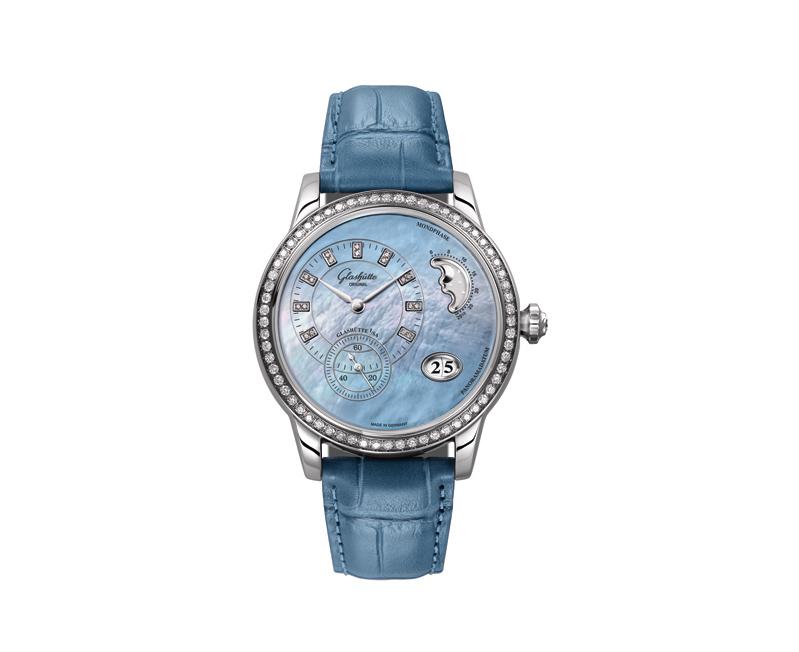 Avec le dernier modèle de la montre pour femme PanoMatic Luna (édition boutique), l'art horloger accède à une véritable dimension céleste : sur son cadran de nacre bleu pâle, une lune argentée suit sa trajectoire, tandis que des diamants brillent comme des astres…