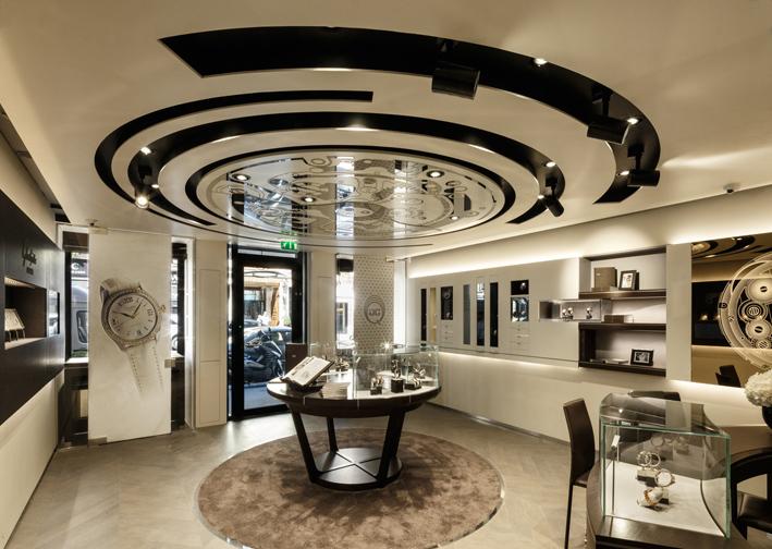 Nous sommes au cœur du processus de vie d'un garde-temps : le calibre. La table centrale et le plafond ne font qu'accroître cette sensation de parfaite maîtrise du temps et de l'espace.