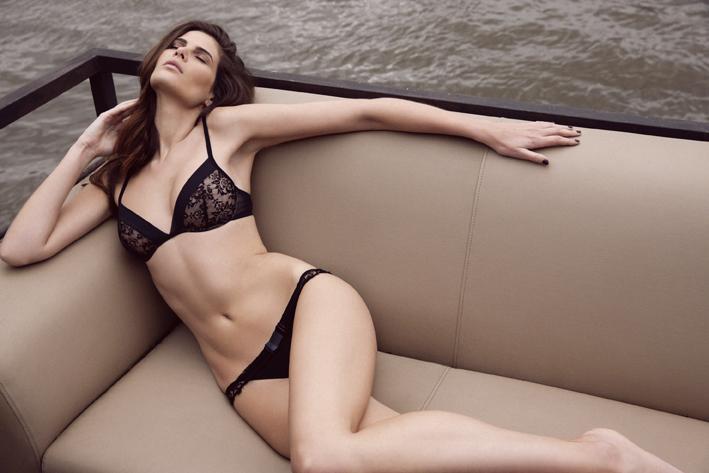 Lascive, évanescente, sensuelle et pleine d'audace, un aperçu tout en transparence de la femme Absolutely Pôm !