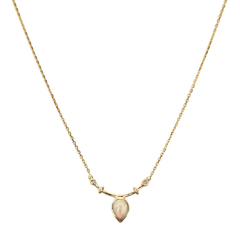 Abïs chez Hod. Pendentif arc en or jaune, diamants et opales sur une chaîne en or jaune. 820 €