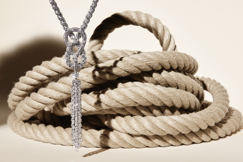 Collection Chanel Flying Cloud « Endless Knot », collier en or blanc et diamants .Necklace in 18K white gold set with a round-cut diamond of 3,51 carats and 2 pear-cut diamonds for a total weight of 6,19 carats, 2637 round-cut diamonds and 106 rose-cut diamonds. © CHANEL Fine Jewelry