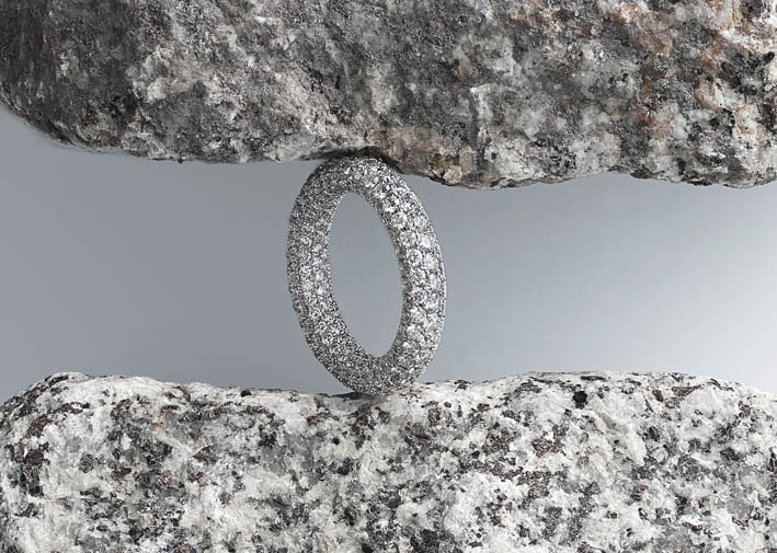Lassaussois Joaillerie. Anneau alliance en or blanc 750/1000e serti de 312 diamants taille brillant (4.27 cts).