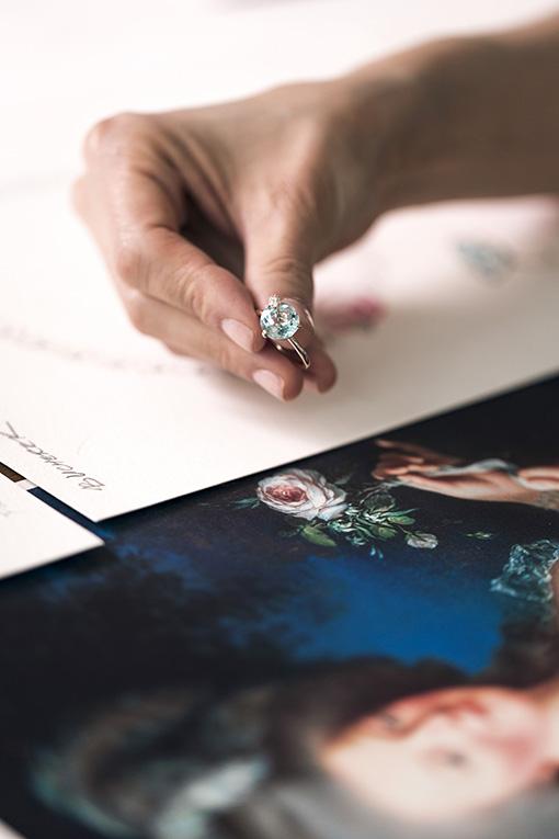 Collection «Peekaboo» de Bucherer, bague avec aigue-marine taille ronde et diamants taille brillant.