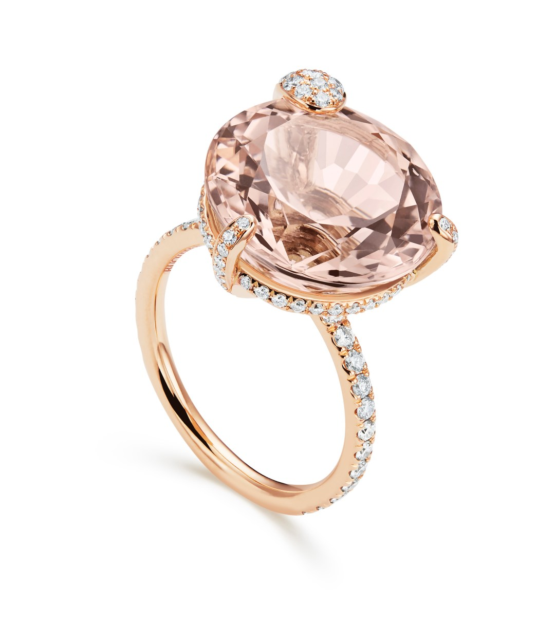 BUCHERER. La pièce maîtresse de la collection Peekaboo est une somptueuse bague cocktail : une morganite rose de 12 carats trône en majesté sur un corps de bague circulaire, serti de diamants.