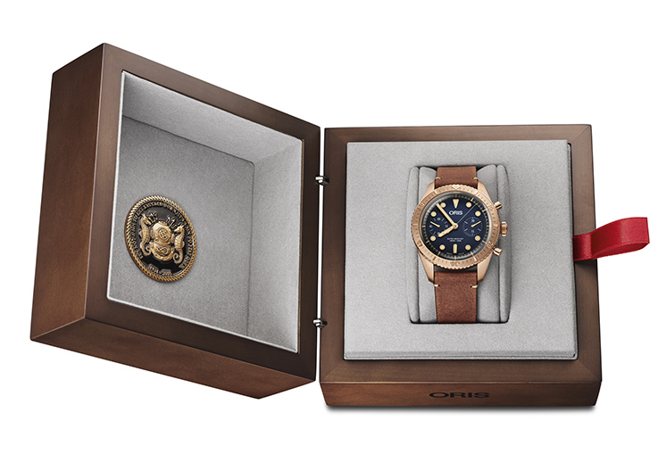 La Oris Carl Brashear Chronograph Limited Edition présentée dans son écrin, un coffret de bois précieux.