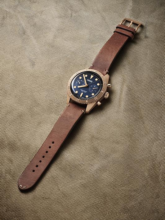 Le boîtier, la lunette, la couronne et les boutons poussoirs de la Oris Carl Brashear Chronograph sont faits de bronze.