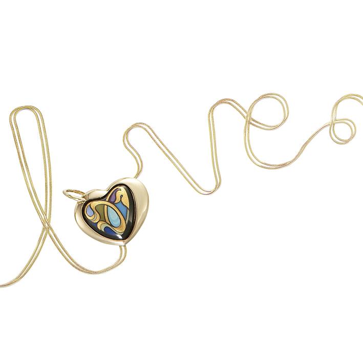 Freywille fête l'amour. Chaine et pendentif en émail et or 18 cts Collection « Alphonse Mucha » Modèle « Sarah Bernhardt ».