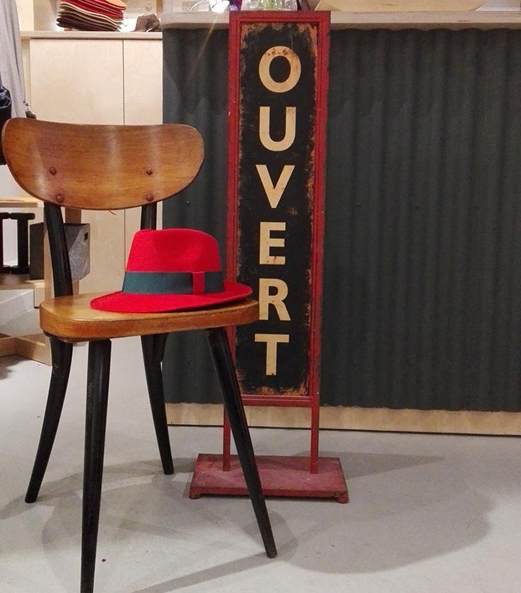 La Cerise sur le Chapeau, c'est mon coup de cœur absolu. Parce que je raffole des chapeaux, des bibis, des galures, appelez-les comme vous voudrez. Avec la Cerise sur le Chapeau, vous les signez, les personnalisez sur vos désirs. Simples, neutres, ou colorés, en feutrine, panama, vous inventez le chapeau qui vous ressemble. On vous recommande de visiter la charmante boutique atelier La Fabrique Générale, au 2 bis, rue Léon Cosnard dans le 17e arrondissement à Paris. Loin des embouteillages parisiens, visitez le site, vous pouvez également créer votre modèle en ligne en deux temps trois mouvements.
