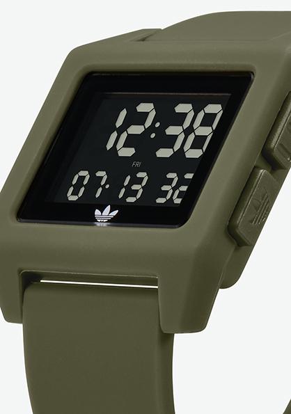 Adidas Watch, modèle ARCHIVE SP1  s'inspire de l'héritage sportif des années 80. Montre analogique en silicone (40 mm). Existe en 4 couleurs. Fonction double fuseau, chronomètre, calendrier et lumière. Etanche à 50 m. 70 €