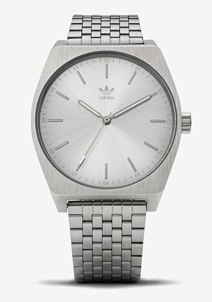 Adidas Watch, modèle DISTRICT M1. Montre analogique en acier inoxydable (38 mm). Etanche à 50 m. 150 €