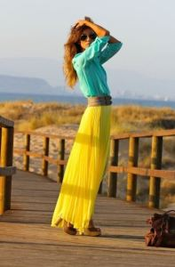 This look works because the turquoise and yellow both share the same green undertone. Photo via FashionGum.com.