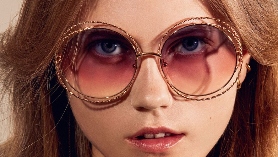 """Dando continuidade ao sucesso de um dos estilos mais cobiçados da marca, os  icónicos óculos de sol """"Carlina"""" são reinterpretados com um toque criativo  e ... b6e0b5fedc"""