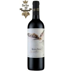 Rượu Vang Chile Aves Del Sure Gran đỏ khi nhìn sẽ thấy có màu đỏ anh đào ánh xanh. Rượu mang hương thơm của các loại trái cây