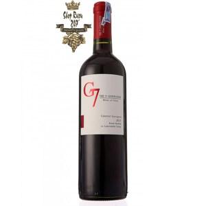 Rượu Vang Chile G7 Clasico đỏ khi nhìn sẽ thấy có màu đỏ đậm đặc với ánh xanh nhạt. Rượu mang hương thơm tinh tế của các loại quả