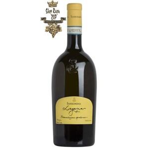 Vang Ý Sansonina Lugana Doc khi nhìn sẽ thấy có màu vàng đậm. Rượu mang hương thơm của các loại quả chín như đu đủ,