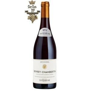Rượu Vang Pháp Patriarche Gevrey Chambertin Les Corbeaux khi nhìn sẽ thấy có màu đỏ ruby rất đẹp mắt