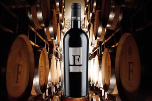 Chai rượu vang F trong hầm rượu