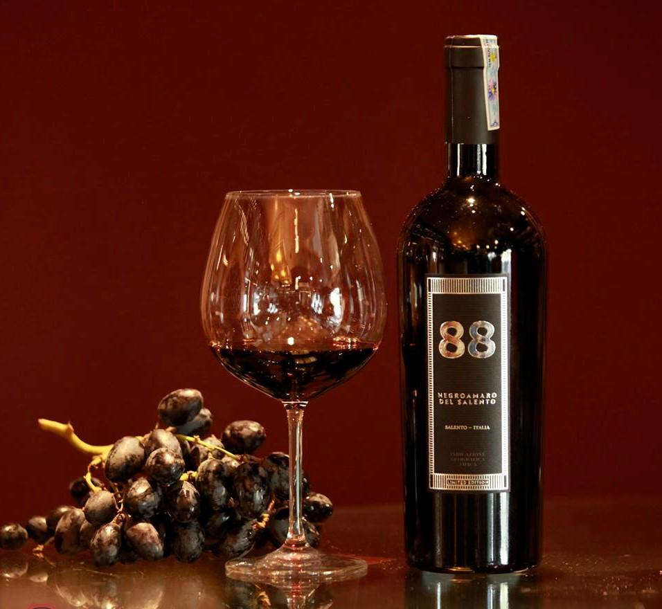 Rượu Vang Ý Đỏ 88 Negroamaro Del Salento có mầu đỏ ruby đậm sâu. Hương thơm ngào ngạt và quyến rũ của nước hoa, hạnh nhân, quả mận chín và mâm xôi.
