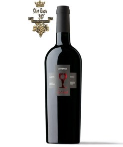Rượu có mầu đỏ anh đào . Một sự phức hợp tinh tế với hương thơm ngọt ngào của quả anh đào mầu đen pha trộn tiếp theo sau là mùi hương cay và ca cao.