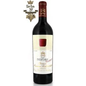 Chateau Mouton Rothschild Pauillac 2013 có mầu ruby tím đậm đặc. Hương thơm cho thấy hương của cam thảo, nho đen và phúc bồn tử.