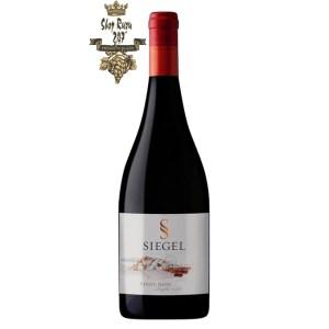 Vang Chile Siegel Special Reserve Pinot Noir có mầu anh đào đẹp mắt. Hương thơm của các loại trái cây đỏ tươi như dâu tây, anh đào