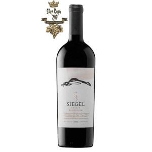 Rượu Vang Chile Đỏ Siegel Unique Selection có mầu đỏ tím đậm. Hương thơm của quả đỏ chín mọng, anh đào cùng gợi ý của các loại gia vị