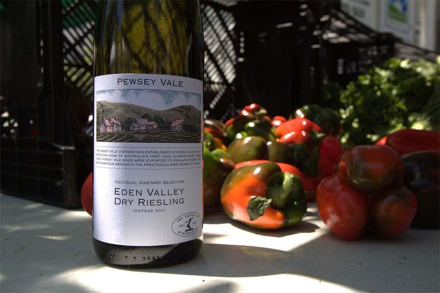 Rượu vang Trắng Úc Pewsey Vale Riesling cho cảm nhận về một độ dài và chiều sâu đậm vị chua, thơm hoa thảo hương tươi